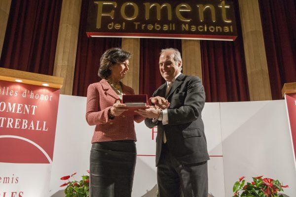 Ana Botín recull la Medalla d'Honor del Foment a mans del president, Joaquim  Gay de Montellà