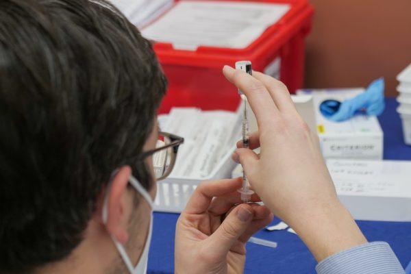 Foment es posa a disposició de Salut per a una vacunació ràpida en una setmana de 400 mil treballadors i les seves famílies