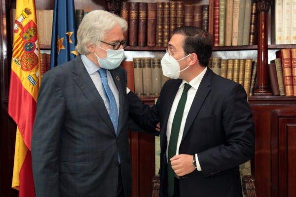 El ministre d'Exteriors, José Manuel Albares, signa el llibre d'Honor de Foment del Treball
