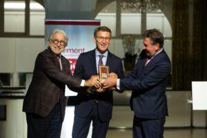 Foment del Treball entrega la medalla conmemorativa de su 250 aniversario al Xacobeo